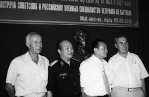 Олег Сергеевич (крайний слева) на встрече в посольстве СРВ в Москве