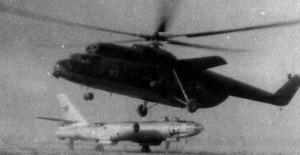 Доставка мишеней -списаных бомбардировщиков Ил-28 на полигон Чирчик вертолетами Ми-6