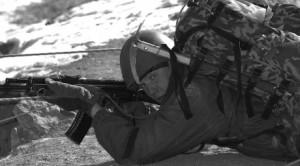 Лучшая изготовка для стрельбы в горах — положение лежа.
