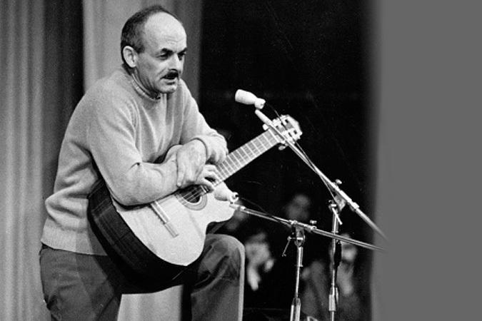 Булат Окуджава с гитарой