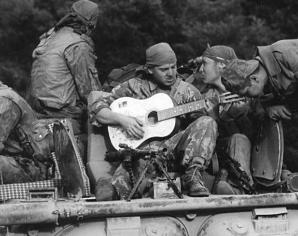 На войне гитара пулемету пара