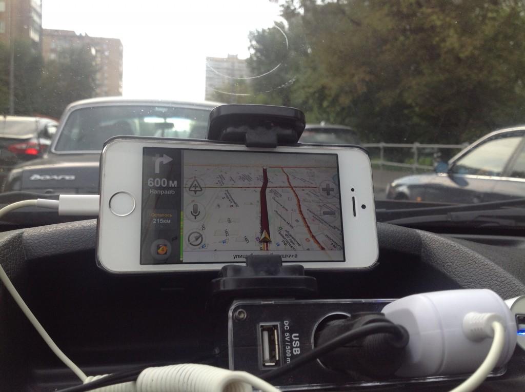 Пятница, 7 августа 2015 г. Улица Бориса Галушкина. До поворота на проспект Мира 600 метров. Яндекс-навигатор окрасил дорогу в коричневый цвет. Перекресток регулируется не светофором, а преимущественно наглостью водителей.