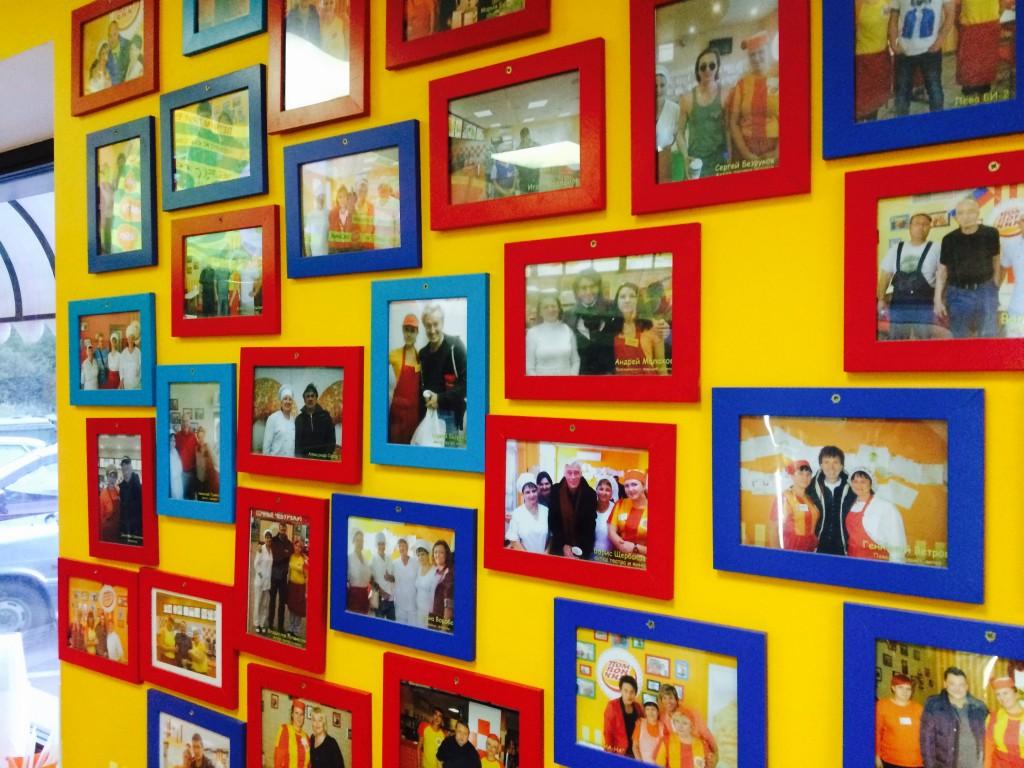 В пробках стоят все. Знаменитости, актеры и режиссеры. В кафе догадались их фотографировать с персоналом и размещать фото на видном месте. Посетителей это радует и позволяет отключиться от мыслей о трудностях пробок.